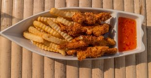 Pesce, patate fritte e sause Fotografie Stock Libere da Diritti