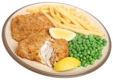 Pesce, patatine fritte e piselli sul piatto, isolato Fotografie Stock