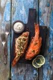 Pesce persico del pesce affumicato delizioso su fondo di legno, vista superiore fotografia stock libera da diritti