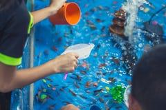 Pesce rosso che scava con i bambini sul festival annuale fotografia stock