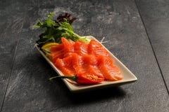 Pesce rosso su un piatto bianco Immagini Stock