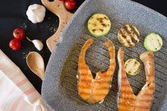Pesce rosso sulla griglia con le verdure immagine stock libera da diritti