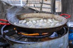 Pesce saporito fritto di piccolo sperlano su una piastra riscaldante della griglia del barbecue Immagine Stock Libera da Diritti