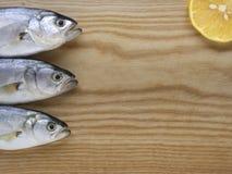 Pesce serra sulla fresa di legno con il limone Fotografia Stock Libera da Diritti