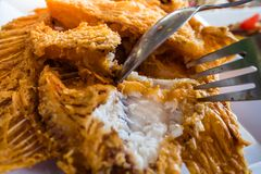 Pesce VERMIGLIO fritto in grasso bollente con aglio sulla tavola fotografie stock