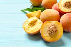 Pesche dolci fresche sulla tavola di legno Immagini Stock