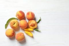 Pesche dolci fresche sulla tavola di legno Immagine Stock