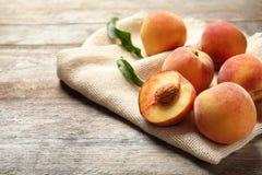 Pesche dolci fresche sulla tavola di legno Fotografie Stock Libere da Diritti