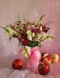 Pesche e fiori Immagine Stock