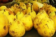 Pesche gialle vendute nel mercato Immagine Stock