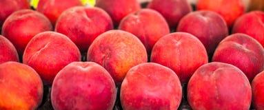 Pesche mature fresche organiche un mercato locale dell'agricoltore Luoghi sani Fotografia Stock
