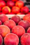 Pesche mature fresche organiche un mercato locale dell'agricoltore Luoghi sani Fotografie Stock