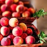 Pesche mature fresche organiche un mercato locale dell'agricoltore Nettarine o Immagini Stock Libere da Diritti