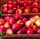 Pesche mature fresche organiche un mercato locale dell'agricoltore Nettarine o Immagine Stock