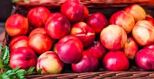 Pesche mature fresche organiche un mercato locale dell'agricoltore Nettarine o Fotografia Stock
