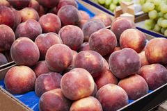 Pesche mature nel mercato di frutta, Catania, Sicilia, Italia fotografia stock libera da diritti