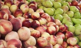 Pesche, nettarine e pere su esposizione ad un mercato dell'agricoltore Priorità bassa della frutta Cibo sano Fotografia Stock