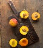 Pesche organiche fresche su fondo di legno rustico con lo spazio della copia Pesche dolci di estate Fotografia Stock