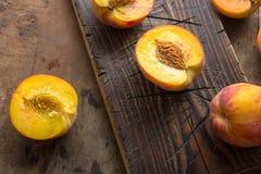 Pesche organiche fresche su fondo di legno rustico con lo spazio della copia Pesche dolci di estate Fotografia Stock Libera da Diritti
