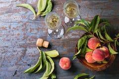 Pesche sul ramo con champagne Fotografia Stock Libera da Diritti