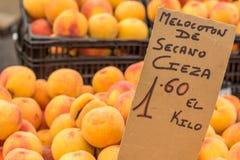Pesche sulle scatole al mercato di strada (Torrevieja, Spagna) Fotografia Stock Libera da Diritti