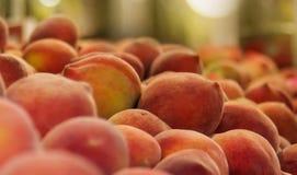 Pesche in un mercato, frutti, fotografia dell'alimento Fotografie Stock