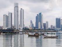 Pescherecci ancorati con i grattacieli nel Panama Fotografia Stock