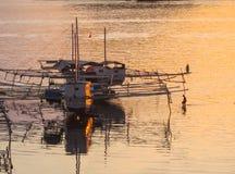 Pescherecci e pescatori, profilati mare giallo/arancio, Flores, Indonesia, Asia Fotografia Stock Libera da Diritti