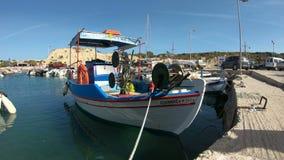 Pescherecci greci tradizionali nel porto di Rodi video d archivio