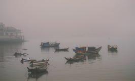 Pescherecci nella nebbia Immagini Stock