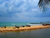 Pescherecci su un promontorio fra il mare ed il lago fotografie stock libere da diritti