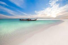 Pescherecci sulla spiaggia a tempo di alba Immagine Stock