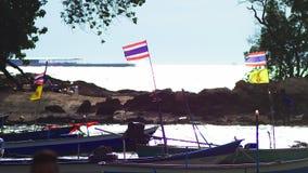 Pescherecci tradizionali nella baia con le bandiere della Tailandia stock footage