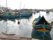 Pescherecci variopinti nel porto malta marsaxlokk fotografie stock libere da diritti