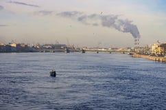 Peschereccio ad alba sul fiume di Neva fotografia stock