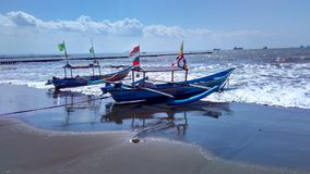 Peschereccio al bordo della spiaggia Fotografie Stock Libere da Diritti