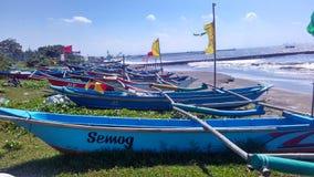 Peschereccio al bordo della spiaggia Immagine Stock