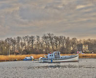 Peschereccio ancorato nel fiume Fotografia Stock Libera da Diritti