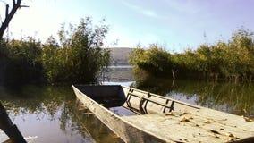Peschereccio attraccato sul lago di mattina stock footage