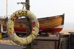 Peschereccio Beached con il salvagente in Risonanza, Inghilterra Fotografia Stock