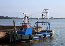 peschereccio blu attraccato al porto dell'isola di Burano fotografie stock