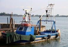 peschereccio blu attraccato nel porto di un'isola vicino a Venezia immagini stock libere da diritti