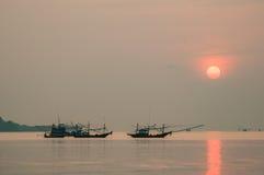 Peschereccio che galleggia nel mare all'alba Fotografia Stock