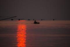 Peschereccio che galleggia nel mare all'alba Fotografia Stock Libera da Diritti