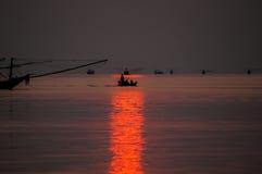 Peschereccio che galleggia nel mare all'alba Immagini Stock Libere da Diritti