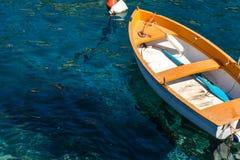 Peschereccio che galleggia sull'acqua, sul mare blu e sul cielo con copyspace fotografia stock