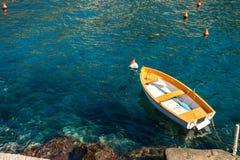 Peschereccio che galleggia sull'acqua, sul mare blu e sul cielo con copyspace fotografia stock libera da diritti