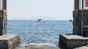 Peschereccio che galleggia sulla superficie d'increspatura dell'acqua, godente della solitudine in mare aperto video d archivio