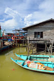 Peschereccio cinese variopinto che riposa ad un villaggio di pesca cinese Sekinchan, Malesia Fotografie Stock