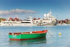 Peschereccio con gli yacht lussuosi fondo, Eden Island, Mah Fotografie Stock